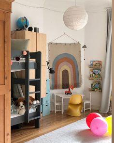 Buntes Kinderzimmer mit Wandteppich, Hochbett, braunem Schrank, umfunktionierten Gewürzregalen von Ikea und Luftballons!