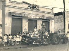 """Catanduva Cidade Feitiço - 1967 - A foto mostra a loja """"O Guidão de Ouro"""" que ficava na Rua Maranhão nº 737, cujo proprietário era o Sr. Antônio Rondon Rodrigues que na época natalina se fantasiava de Papai Noel. Também na foto suas assistentes Marilia Garcia Pin e Marilene Rodrigues Garcia. E nos brinquedos nota-se uma Lambrettinha de pedal ..."""