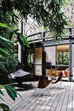 Silla Butterfly, Un icono del diseño http://icono-interiorismo.blogspot.com.es/2015/11/silla-butterfly-un-icono-del-diseno.html La silla Butterfly ( mariposa), fue diseñada en argentina en 1938 por el Grupo Austral, y se ha convertido en uno de los iconos del mueble de diseño en todo el mundo, pocas sillas pueden presumir de vestir un espacio por si mismas, como lo hace la silla butterfly, y es que este icono del diseño se basta para decorar y llenar de encanto cualquier rincón de tu casa.