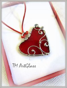 Beautiful Heart Shaped Pendant of Tiffany Technique Stained Glass Designs, Stained Glass Panels, Stained Glass Projects, Stained Glass Patterns, Stained Glass Art, Mosaic Glass, Heart Jewelry, Glass Jewelry, Jewlery