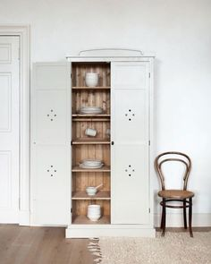 95 Luxury Large Modern White Kitchen with White Cabinets Ideas - HomeCNB Armoire, Vintage Industrial Decor, Decor Vintage, Vintage Furniture, Handmade Kitchens, Rustic Kitchens, Cottage Kitchens, Slow Living, White Cabinets