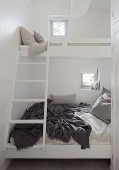 perfect loft bed solution for small spaces. Photo: Home Adore Small Spaces, Beds For Small Rooms, Home, Home Bedroom, Bed Nook, House Interior, Bedroom Inspirations, Bed, Bunk Bed Designs