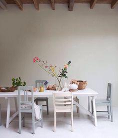 Flowers and an endless table. Ready, set, breakfast! @jeltje_fotografie