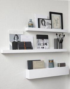 Houten fotolijsten voor op de muur, samen met een handige verzamelbak in dezelfde stijl - ook voor op de muur. Slim bedacht van Hubsch Interior!