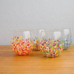 Aprenda a transformar um vaso de vidro decorando-o com pontinhos coloridos.