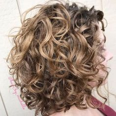 layered curly hair Messy Lob with Large Messy Curls Your long, loopy curls can look amazing in voluminous tousled hairstyles. Messy is the key word here, and thats just what you Curly Hair Styles, Curly Hair Tips, Medium Hair Styles, Natural Hair Styles, Updo Curly, Medium Curly, Long Curly, Lob Hairstyle, Curly Bob Hairstyles