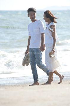 海辺を裸足で歩くカップル (c)moonbase