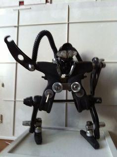 robot costruito interamente con pezzi di bicicletta