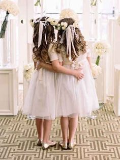 14 Adorable Flower Girl Hairstyles Time to focus on the mini members of your wedding party and check out these 14 adorable flower girl hairstyles. The post 14 Adorable Flower Girl Hairstyles appeared first on Ideas Flowers. Updo With Headband, Flower Crown Hairstyle, Flower Girl Hairstyles, Crown Hairstyles, Bride Hairstyles, Curly Hairstyles, Hairdos, Girls Crown, Flower Girl Crown