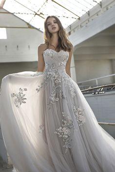 9732c149b17469 De mooiste gekleurde trouwjurken voor 2019 - In White Bloem Applique