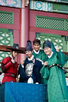 Park Bo Gum and Moonlight Drawn By Clouds cast. © on pic Korean Celebrities, Korean Actors, Kim Yoo Jung Park Bo Gum, Hyde Jekyll Me, K Drama, Moonlight Drawn By Clouds, Love In The Moonlight Park Bo Gum, Park Go Bum, Japanese Drama