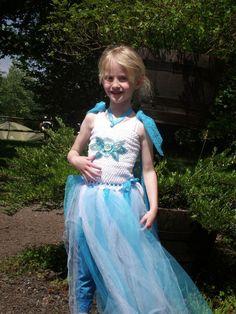 20+ DIYエルザコスチュームドレスやアクセサリーの素晴らしいリスト! それは私がハロウィーンのためのディズニーの冷凍からの私の娘の女王エルザのドレスを作りたい方法についての私にいくつかのインスピレーションを与えています。