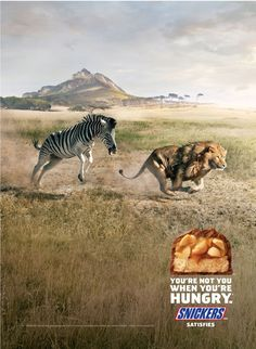 ライオンを追いかけるシマウマ!? 思わずニヤリとさせられるスニッカーズのプリント広告。「お腹がすいている時、君は君じゃない」というタグラインでグローバルプロモーションを展開しているスニッカーズが、アメリカで実施したプリント広告。  大自然を舞台にしたそのクリエイティブがこちらです。   シマウマが百獣の王ライオンを追いかているビジュアル。ともに全速力で疾走している様子から切迫した躍動感が伝わります。  お腹を空かせたシマウマが、本来避けるべき対象であるライオンを逆に追い掛け回しているというシュールな表現