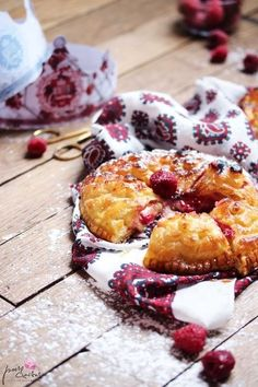Galette des rois frangipane, framboises et chocolat blanc Biscuits, French Toast, Cereal, Berries, Muffin, Sweets, Cheese, Cooking, Breakfast