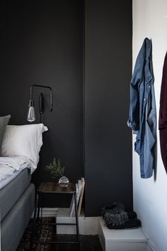 Black bedroom wall (Karl Gustavsgatan 11B: One Gothenburg Apartment In Two Styles - Gravity)