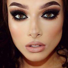 Maquillaje ahumado para ojos verdes.
