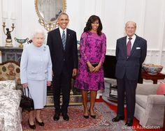 Queen Elizabeth II (L) and Prince Philip, Duke of Edinburgh (R) stand with US President Barack Obama and First Lady of the United States, Michelle Obama in the Oak Room at Windsor Castle ahead of a private lunch hosted by the Queen on April 2016 in Wi Michelle Und Barack Obama, Michelle Obama Fashion, Malia Obama, Herzogin Von Cambridge, First Ladies, Presidente Obama, Kate And Harry, Prinz Harry, Evolution Of Fashion