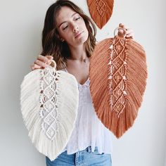 MAXI PLUME decoration in macramé boho in natural cotton. Large extra wide feather to hang on the wal Macrame Wall Hanging Patterns, Large Macrame Wall Hanging, Macrame Patterns, Macrame Design, Macrame Art, Macrame Knots, Macrame Thread, Micro Macrame, Macrame Supplies