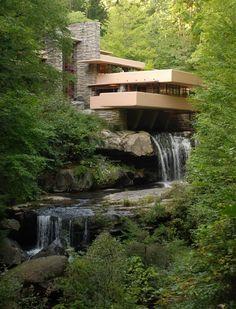 Edgar Kaufmann, hombre de negocios de Pittsburgh (Pennsylvania), poseía varias cabañas cerca de una cascada en una zona rural a 80 km de la ciudad. El señor Kaufmann contactó con Frank Lloyd Wright…