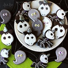 How To Make Black Cookies That Wont Turn Mouths Purple halloween baking ideas Halloween Cookies Decorated, Halloween Sugar Cookies, Iced Sugar Cookies, Halloween Baking, Halloween Food For Party, Halloween Cakes, Halloween Ghosts, Purple Halloween, Decorated Cookies