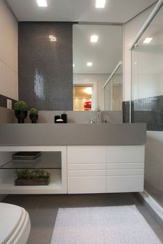 Planned bathroom with inserts- Banheiro planejado com pastilhas Planned bathroom with inserts - Bad Inspiration, Bathroom Inspiration, Interior Design Inspiration, Contemporary Bathrooms, Modern Bathroom, Wc Decoration, Toilette Design, Bathroom Toilets, Bathroom Interior