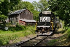 Net Photo: NS 3360 Norfolk Southern EMD at Mount Bethel, Pennsylvania by Christopher Gore Locomotive Engine, Diesel Locomotive, Abandoned Train, Southern Railways, Norfolk Southern, Train Pictures, Train Tracks, Planes, Vacations