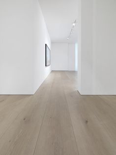 Dinesen solid oak flooring reflects nature and provides a majestic touch to interior. We provide oak planks of highest quality from sustainable forests in Europe. Interior Architecture, Interior Design, Architecture Details, White Oak Floors, Light Oak Floors, White Oak Laminate Flooring, White Flooring, White Walls, Timber Flooring