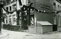 Arnhem, Eiland 1930.  Bakkerij Stakebrand aan het Eiland op de hoek met de Zwanenstraat (rechts) in 1930. Deze bakkerij was de oudste van Arnhem, opgericht in 1767. Van dit pand stond al eens een foto in Oud-Arnhem uit 1964:   Nu zit eeen indische winkel in