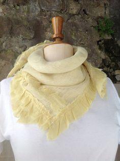 foulard jaune,Art Nouveau Moderne teint plantes sauvages handmade, boho style, modèle unique de la boutique LNVE sur Etsy