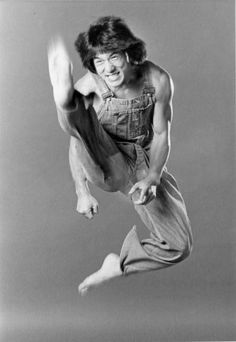 Jackie Chan - this picture epitomises him…athletic, kung fu master in modern times, goofy. Jackie Chan, Steven Seagal, Martial Arts Movies, Martial Artists, Bruce Lee, Chuck Norris, Kung Fu, Karate, Jenifer Aniston