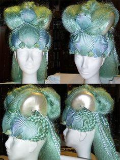 Ese impresionante tocado OOAK se harán a la orden. Consiste en un gorro de fieltro resistente cubierto en seda verde aqua, en que se monta una fila de pintadas a mano, conchas de mar reales como una tiara. Encima de la tapa es una masa de azul y verde pelo Kanekalon en varios estilos de trenza, incluyendo dos bollos de Leia-estilo por encima de las orejas. Dos grandes conchas de nautilos se montan encima, salpicado de diminutas conchas de estrellas arena, plástico cangrejos y estrellas de…