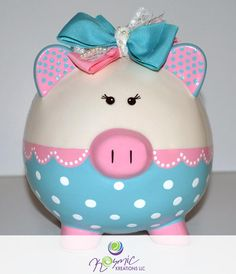 hand painted piggy banks - Google Search Pottery Painting, Ceramic Painting, Pig Bank, Diy And Crafts, Crafts For Kids, Personalized Piggy Bank, Mini Pigs, Cute Piggies, Ceramic Design