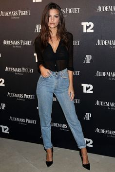 Emily Ratajkowski #tendencia #trend #moda #estilo #looks #streetstyle #celebridades #dicasdeestilo #dicasdemoda #stylingtips #fashionstyle #styleinspiration #mystyle #needit #girls #clutch #carteira #jeans #momjeans