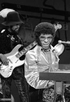 Sly Stone of the band, & and the Family Stone& perform on television October Larry Graham is in the background. Famous People That Died, Sly Stone, Music Down, The Family Stone, Jazz Funk, Black Celebrities, Rhythm And Blues, Soul Music, Kinds Of Music