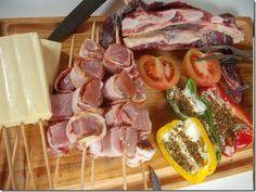 Filezinho de porco com bacon, pimentões recheados (morrones rellenos), cebola, tomate, queijo coalho, e assado de tira