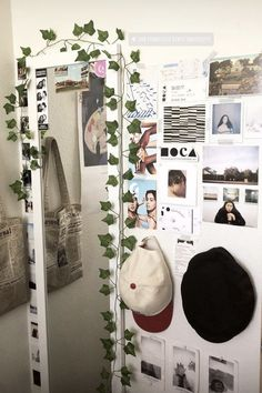 170 cute and cool dorm room ideas that you need to copy right now 26 myhomeku All College Students Need This cheap dorm room decor ideas This is the niceideas to your dorm room to organizeit. Retro Room, Vintage Room, Bedroom Vintage, Vintage Hipster, Vintage Grunge, Grunge Room, Aesthetic Room Decor, Nature Aesthetic, Home Decor