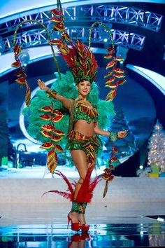 36 Most Amazingly Elaborate Miss Universe Costumes Miss Universe Costumes, Miss Universe National Costume, Mardi Gras Costumes, Fancy Costumes, Carnival Dress, Barbie Miss, Brazil Carnival, Planet Hollywood, Latin Girls