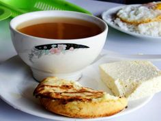 Auguae'panela con arepa y queso- Hot sugarcane drink with corn bread and fresh cheese. My Colombian Recipes, Colombian Food, Good Morning Coffee, Spanish Food, Coffee Quotes, Brunch, Diet, Tableware, Desserts