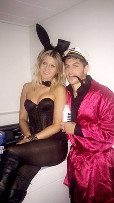 Lots of inspiration, diy & makeup tutorials and all accessories you need to create your own DIY Hugh Hefner Costume for Halloween. Hugh Hefner Halloween Costume, Hugh Hefner Costume, Easy Couple Halloween Costumes, Bunny Halloween Costume, Halloween Outfits, Halloween Kids, Halloween Party, Halloween Inspo, Couple Costumes