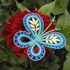 Vnější okraj je paličkovaný z drátku (řetízkem), takže motýlci pěkně drží tvar. Tělíčka a tykadla jsou z pedigu (zakoupeno v květinářství).