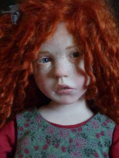 poupée réaliste, cheveux roux et visage très réalistique