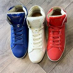 Barons Papillom. Prototypes en cuir perforé bleu, blanc et rouge.