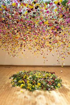 East London floral artist Rebecca Louise Law is elevating the art form with her sublime arrangements of floating flowers. Her site specific works see field Flower Installation, Artistic Installation, Deco Floral, Arte Floral, Art Du Monde, Instalation Art, Ephemeral Art, Floating Flowers, Hanging Flowers