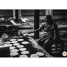 """""""100000 people are fed everyday at the Golden Temple for free. Amazing! It's wonderful to see so many people serve others. Sikhism is all about serving and learning!  ___________In the photo: A lady prepares rotiya for the langar."""" Repost of caption/image from @jabar_jung"""