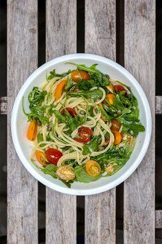 Deze pasta is al jaren een succesnummer bij mij en de mensen die ik te eten geef. Het recept komt ergens vandaan, maar ik kan de bron van het recept niet vinden. Ik maak hem graag in de zomer als er lekkere tomaatjes zijn, of juist als ik terugverlang naar de zomer. Hij bevat maar 6 ingredienten en is vegetarisch en veganistisch. Curry, Ethnic Recipes, Food, Tomatoes, Kalay, Curries, Meals