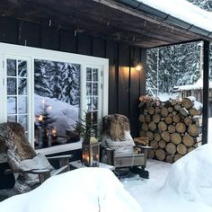 Want to experience the goodness of living in a country-style house and away from the city, and if you love hands-on, log cabin kits is the solution. Mountain Cottage, Lakeside Cottage, Chic Chalet, Cottage Design, House Design, Winter Cabin, Cabin Interiors, Cabins In The Woods, Log Homes