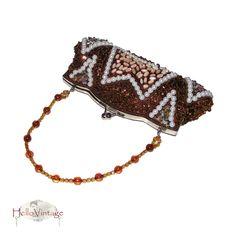 Bezauberndes Perlentäschchen. Es ist über und über mit den verschiedensten Steinchen und Perlen verziert.  Metallrahmen mit Drehschnappverschluss
