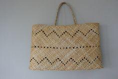 Kete whakapuareare by Raewyn Hildreth Flax Weaving, Basket Weaving, Maori Designs, Maori Art, Jute Bags, Basket Bag, Bone Carving, Weaving Patterns, Weaving Techniques