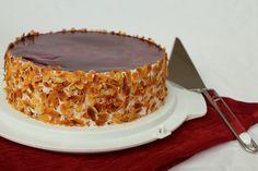 Diese vegane Himbeer-Sahnetorte habe ich für einen Geburtstag gebacken. Man kann natürlich auch eine andere Marmelade anstatt der Himbeermarmelade nehmen.