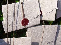 Adventskalender 2015: 24 Briefe aus handgeschöpftem Papier mit Weihnachtsgedichten und Winter-Blitz-Rezepten gefüllt und festlich gesiegelt, ein Briefgeheimnis zum Aufhängen von paperuli auf DaWanda.com